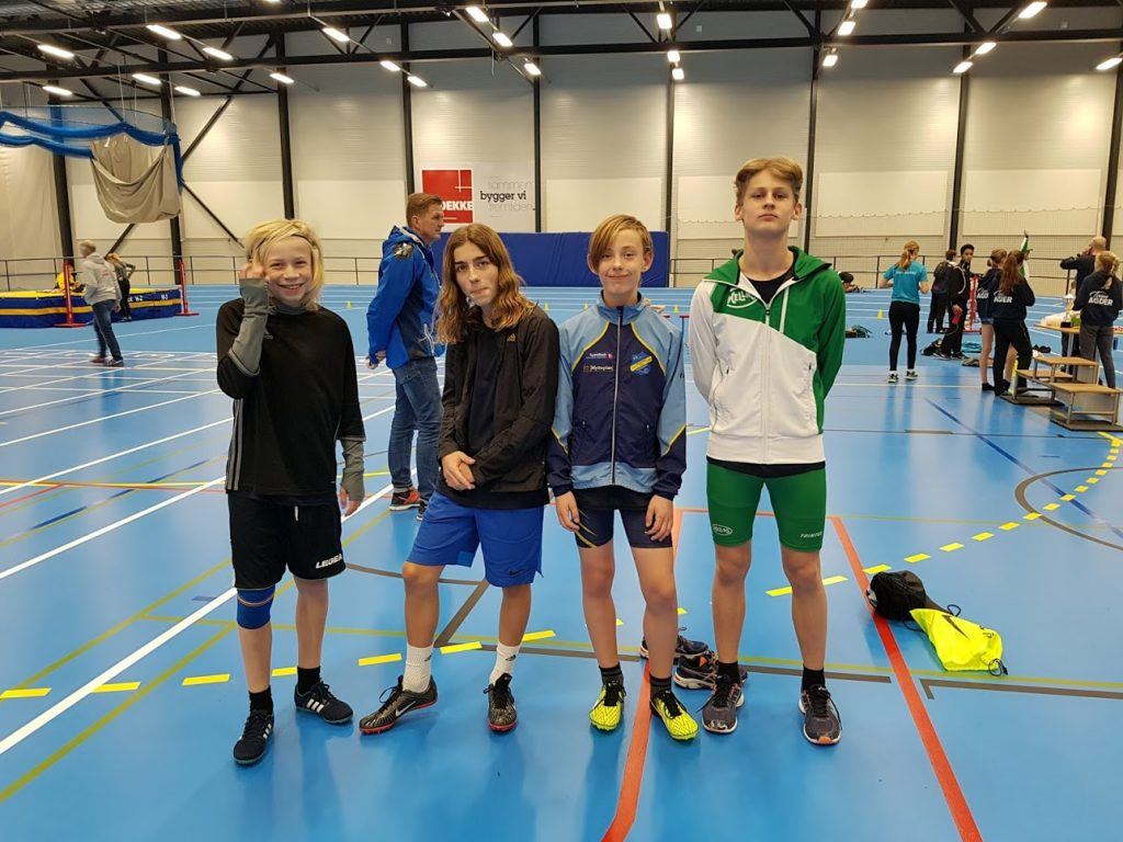 Viljar, Alexander (IL Sandvin), Valentin og William (Hellas) før 4 x 200m stafett