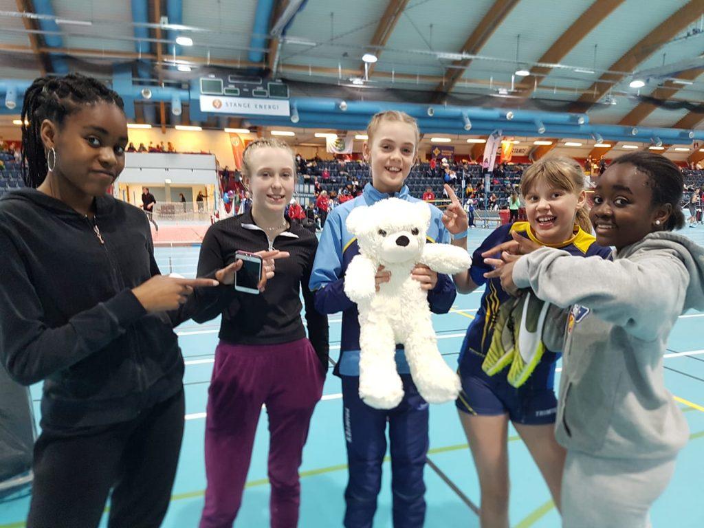 Annna Birgitte Melbye (11) og Jentene i J14