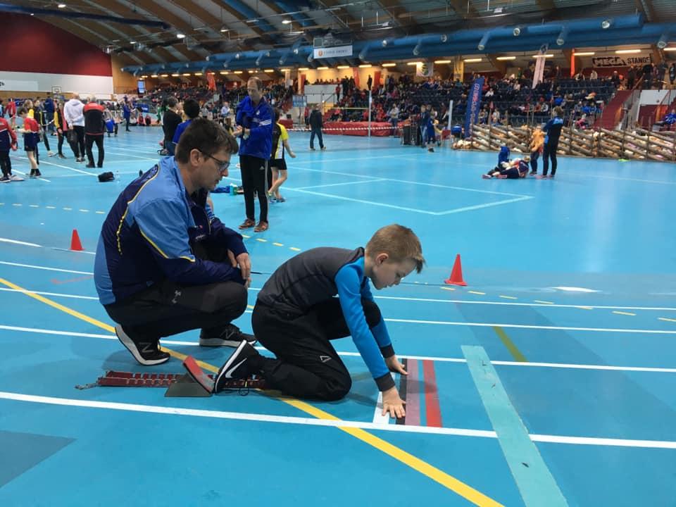 Dennis Lukkedal fikk god støtte og hjelp av RFIK trener Stephan Knestang. Dennis stilte på 60 m for første gang så start trening er helt nytt. Her er det bra med en dyktig sprint trener.