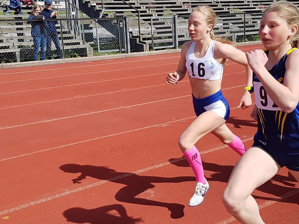 Julie Sand-Hanssen fra Eiker Kvikk løper forbi Selma Hamborg, Ringerike FIK. Julie vant 600 m i J13 i tiden 1,45,60. Selma kom inn på 1.51.09.