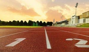 Hønefoss Idrettspark: Friidrettsbanen i kveldslys