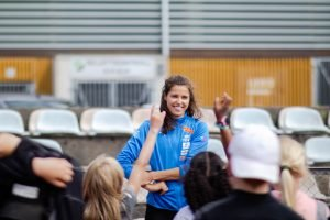 Amalie Iuel på besøk hos RIngerike Friidrettsklubb som holdt friidrettsskole i Hønefoss Idrettspark