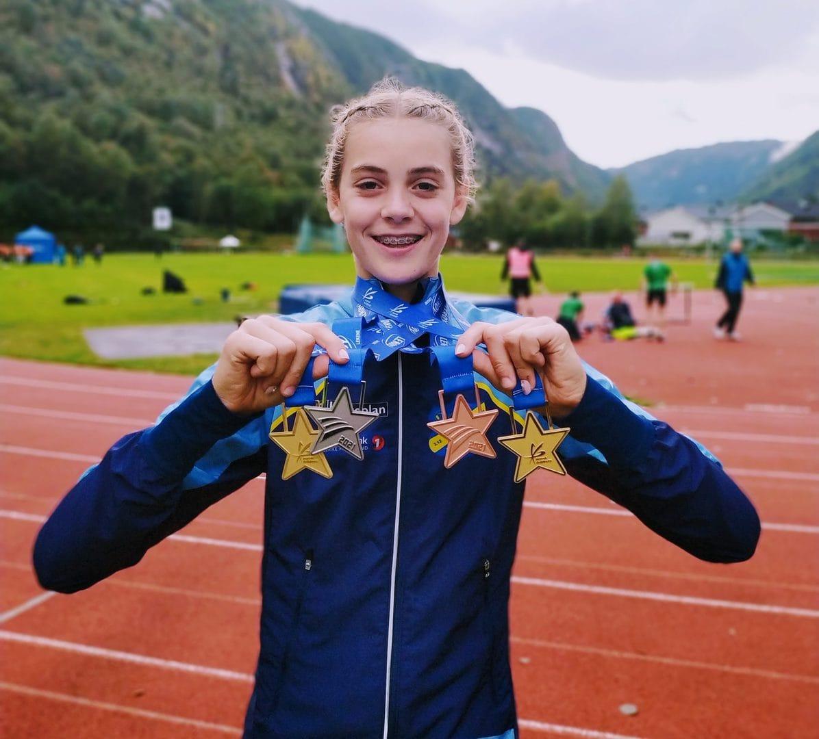 Anna Birgitte med alle medaljer fra Lerøylekene etter fire øvelser