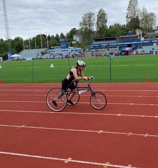 Sofie løper 100 m med sin Racerunner